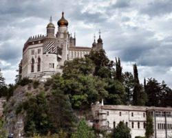 Rocchetta Mattei: Un incontro sull'Appennino Bolognese